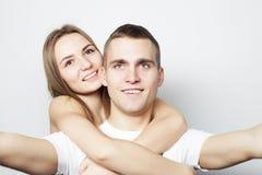 Homme prenant un selfie avec son amie Photographie stock libre de droits