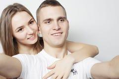 Homme prenant un selfie avec son amie Images libres de droits