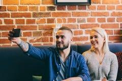 Homme prenant un selfie avec une femme Photos stock