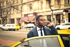 Homme prenant un taxi photographie stock libre de droits