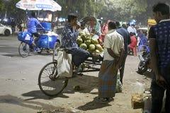 Homme prenant un teabreak sur son Rikshaw images stock