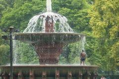 Homme prenant une douche dans la fontaine Photographie stock