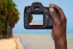 Homme prenant une photo d'une plage Photos libres de droits