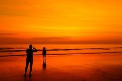 Homme prenant une photo de son amie Photographie stock