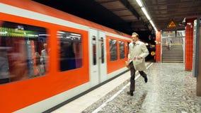Homme pressé pour attraper un train de métro photographie stock libre de droits