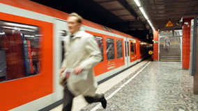 Homme pressé pour attraper un train de métro images libres de droits