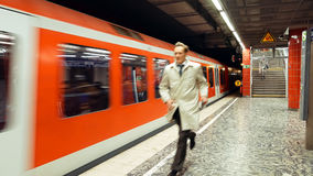 Homme pressé pour attraper un train de métro photos libres de droits