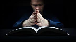 Homme priant à Dieu Photographie stock libre de droits