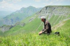 Homme priant en plan rapproché de montagnes Image stock