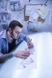 Homme produisant le tatouage. Photographie stock libre de droits
