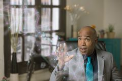 Homme professionnel manoeuvrant un graphique futuriste de réseau photos libres de droits