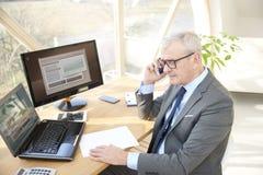 Homme professionnel supérieur consultant son client Image libre de droits