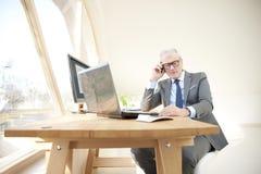 Homme professionnel supérieur consultant son client Photos libres de droits