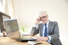 Homme professionnel supérieur consultant son client Photographie stock
