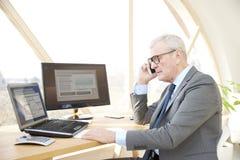 Homme professionnel supérieur consultant son client Images libres de droits