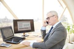 Homme professionnel supérieur consultant son client Photographie stock libre de droits