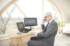 Homme professionnel supérieur consultant son client Photo libre de droits