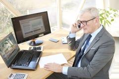 Homme professionnel supérieur consultant son client Photo stock
