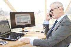 Homme professionnel supérieur consultant son client Photos stock