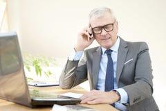 Homme professionnel supérieur consultant son client Images stock