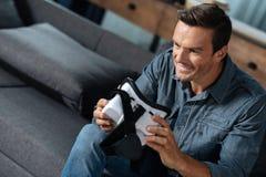 Homme progressif enthousiaste installant le dispositif images libres de droits