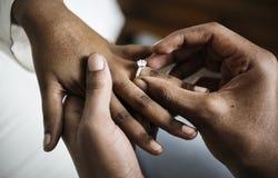 Homme proposé pour l'engagement de mariage photographie stock libre de droits