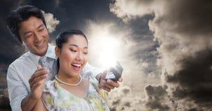 Homme proposant à la femme contre le ciel Photo libre de droits