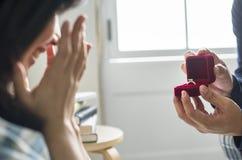 Homme proposant à son amie photographie stock