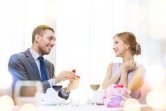Homme proposant à son amie au restaurant Image stock
