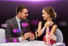 Homme proposant à son amie au restaurant Images stock