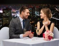 Homme proposant à son amie au restaurant Photo stock