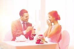 Homme proposant à son amie au restaurant Photos stock