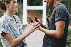 Homme proposant à son amie heureuse dehors Images libres de droits