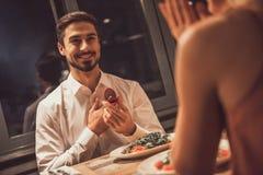 Homme proposant dans le restaurant Image stock