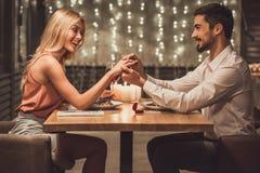 Homme proposant dans le restaurant Photographie stock