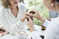 Homme proposant l'amie avec la bague à diamant Images libres de droits