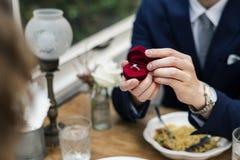 Homme proposant l'amie avec la bague à diamant Image libre de droits