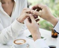 Homme proposant l'amie avec la bague à diamant Image stock