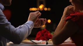 Homme proposant la dame aimée au dîner romantique dans le restaurant le jour de valentines de St banque de vidéos