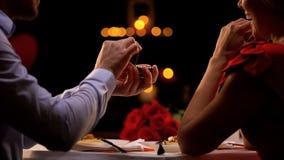 Homme proposant la dame aimée au dîner romantique dans le restaurant le jour de valentines de St photographie stock