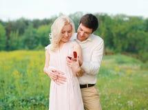 Homme proposant la femme d'anneau dehors image libre de droits