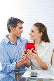 Homme proposant la femme pour le mariage images stock