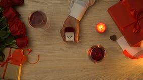 Homme proposant le mariage son amie pendant le dîner romantique le jour de valentines banque de vidéos