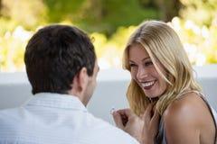 Homme proposant son amie au restaurant Photos libres de droits