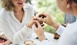 Homme proposant son amie avec la bague à diamant Image libre de droits