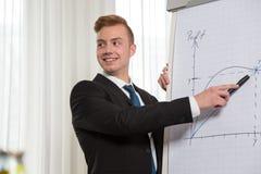 Homme présentant l'exposé sur un tableau de conférence Images stock