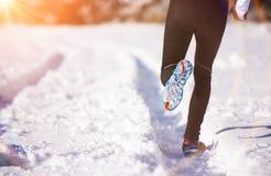 Homme pulsant en nature d'hiver Photo stock