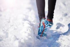 Homme pulsant en nature d'hiver Images stock