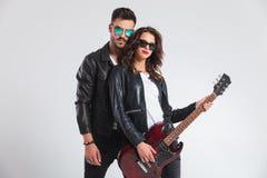 Homme punk derrière sa femme jouant la guitare électrique Photo stock