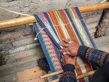 Homme Quechua indigène tissant la laine de Handspun Photo libre de droits